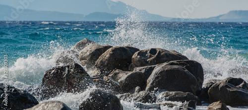Wellen bei Sturm im Mittelmeer, die auf Wellenbrecher schlagen auf Kos Griechenl Tablou Canvas