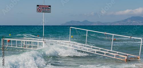 Defekte Badestelle mit Wellen überspült bei Sturm im Mittelmeer, auf Kos Grieche Billede på lærred