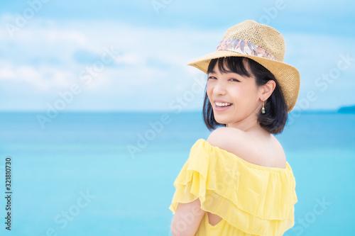 Fotografía 夏の海辺の女性