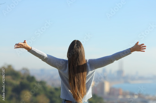 Photo Woman stretching arms looking at city background