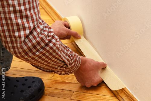 Fotografía House Painter glues masking tape