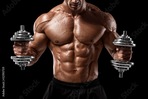 Photo Muscular man showing muscles and abs isolated on black background