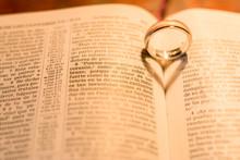 Anillos De Boda Sobre La Biblia