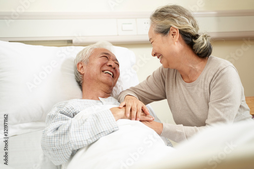 asian senior woman visiting husband in hospital Tableau sur Toile