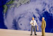 巨大台風の接近について対策を話す人々