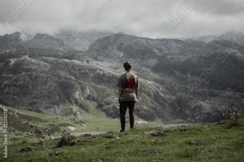 Photo Paisaje nublado rodeado de montañas y lagos