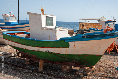 Photo Small fishing boats pulled ashore on the beach in the island of Marettimo, in the Egadi islands in Sicily, Italy