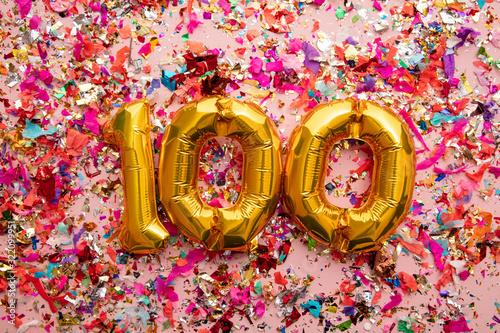 Fotografia Number 100 gold birthday celebration balloon on a confetti glitter background