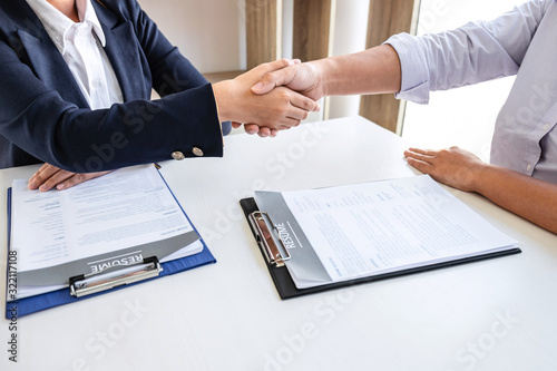 Photo Good deal of interview, Business committee and recruiter shaking hands greeting
