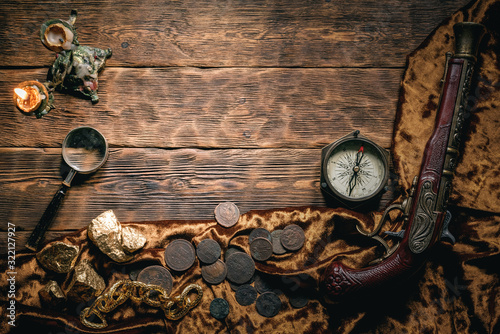 Photo Pirate wooden table with various equipment concept background with copy space
