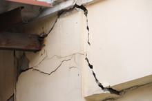 Old Building Cracked Concrete Pole,Cracked Concrete House Pole
