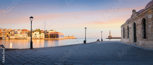 Foto Panorama of Old harbor of Chania with the lighthouse, bench and lamp with beauti