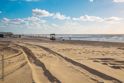 Spuren im Sand am Strand in Egmond aan Zee #322291902