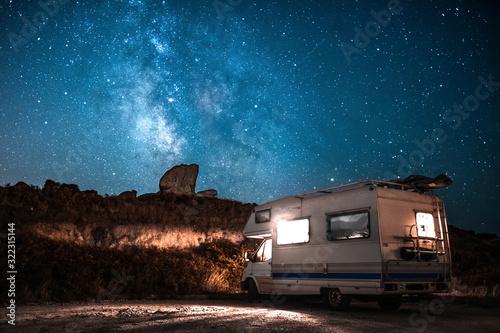 Obraz Noche estrellada en caravana - fototapety do salonu
