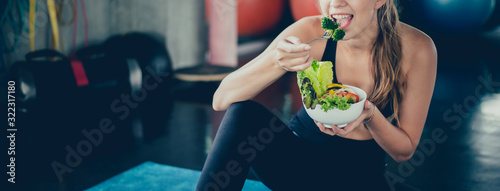 Fotografia Beautiful young lady with salad in the Gym
