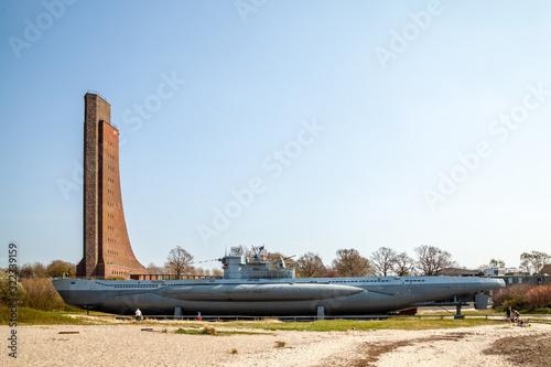 Obraz na plátne Marine Ehrenmal und U-Boot, Ostseebad Laboe, Deutschland