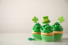 Delicious Decorated Cupcakes O...