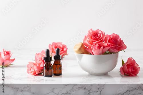 Fotografia essential oils in bottles rose flowers