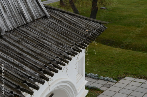Fototapeta Wooden roof over the front porch of the Palace of Prince Oleg in the Ryazan Krem