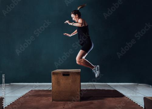 Mulher pulando em cubo Billede på lærred