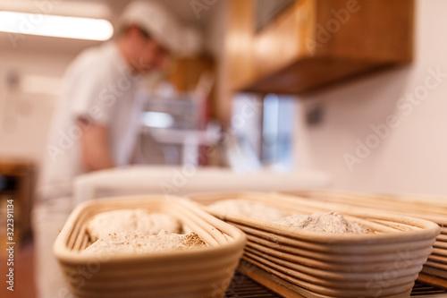Leinwand Poster Brot Korb in der Backstube