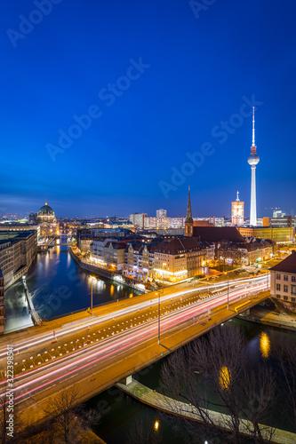 Panorama der Skyline von Berlin, Deutschland, bei Sonnenuntergang mit dem Fluss Canvas Print