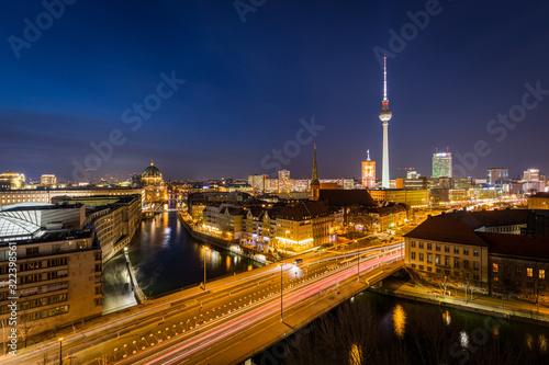 Photo Panorama der Skyline von Berlin, Deutschland, bei Sonnenuntergang mit dem Fluss