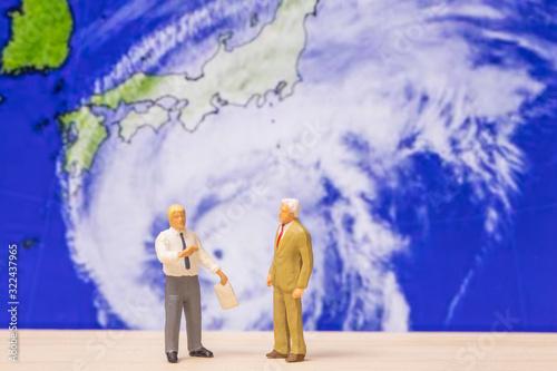 Photo 巨大台風接近ついて話す人々