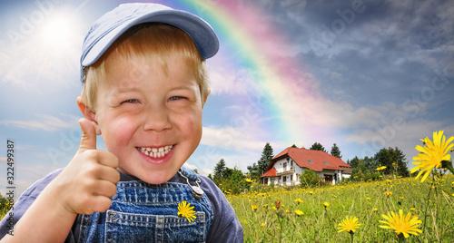 Kind zeigt Daumen hoch als Symbol für Zustimmung für das Wohnen in und mit Natur Wallpaper Mural
