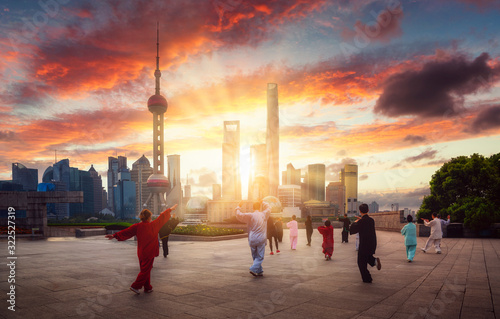 Photo Chinese boxing dance exercise with chinese shanghai city background