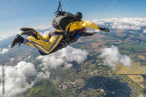 Fotografia Skydive tandem free falling above the clouds