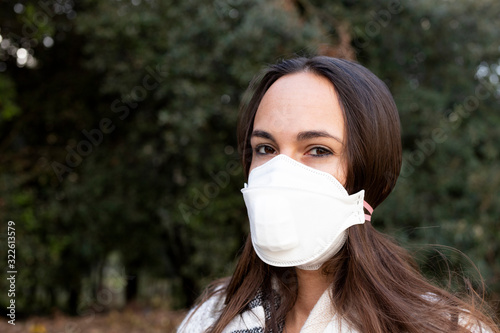 Photo Girl with medical face mask against virus