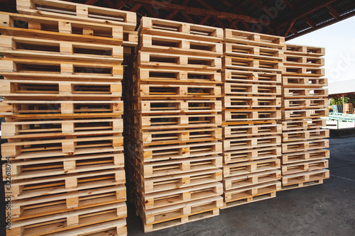 Carta da parati The multiple stacks of wooden pallets in the stock