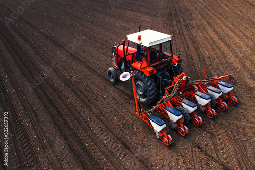 Tela Aerial view of tractor with mounted seeder performing direct seeding