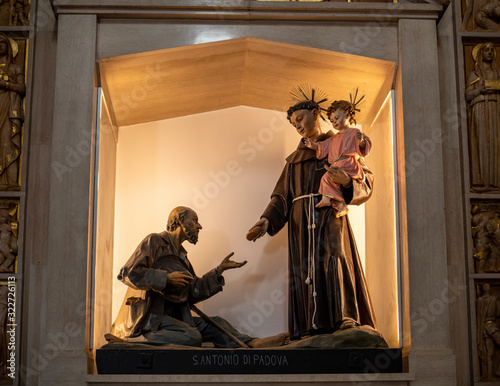Photo Altar in the church of Saint Anthony in Trulli village in Alberobello, Italy
