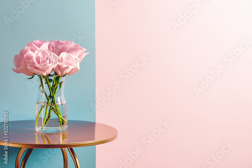 Fotomural Pink rose bouquet in pot on table