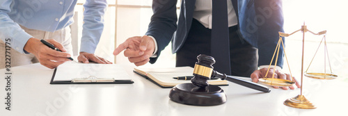 Photo Male lawyer or judge consult with client check contract papers recommend legal p