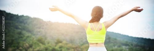 Photo Relaxed woman breathing fresh air raising arms.