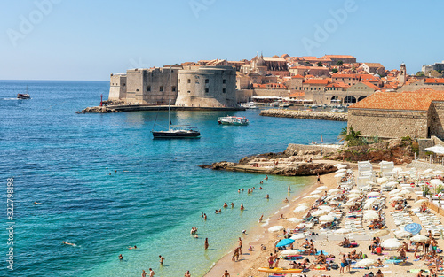 Obraz na plátně People on beach and Dubrovnik fortress in Adriatic Sea
