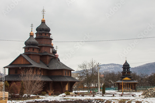 Photo Old wooden building of the Holy Prophet Elijah Monastery in the Carpathian village of Yaremche in winter