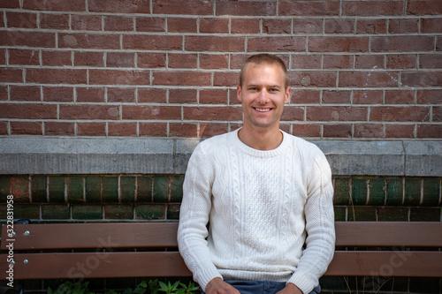 Cuadros en Lienzo Portrait beau gosse charmant jeune homme caucasian blond aux yeux bleu joyeux et