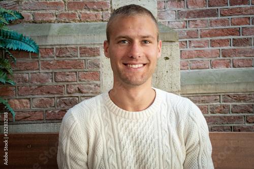 Fotografía Portrait beau gosse charmant jeune homme caucasian blond aux yeux bleu joyeux et
