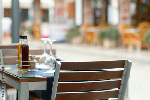 Fotografia Chairs and tables on a patio in restaurant.