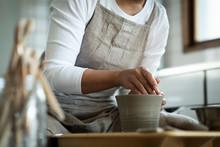 陶芸をする女性の手元