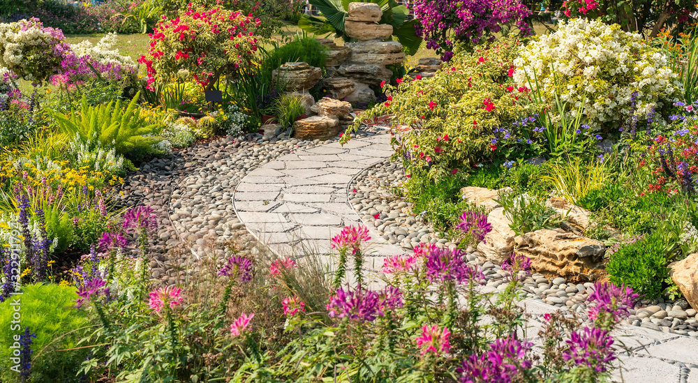 Fototapeta path leading through a garden