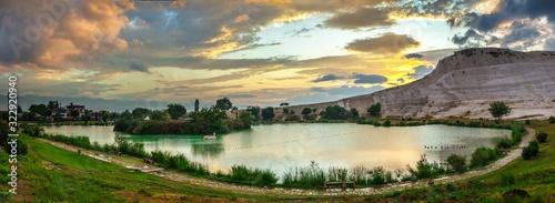 Photo Lake and mountain in Pamukkale Village, Turkey