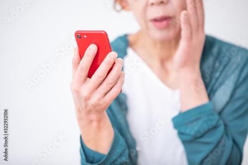 Fotografia スマホを使う中高年の女性