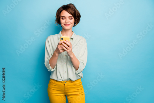 Fotografia Photo of pretty lady holding telephone hands reading new blog post positive comm