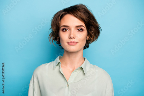 Fotografia Photo of nice attractive business lady short bob hairstyle not smiling serious r