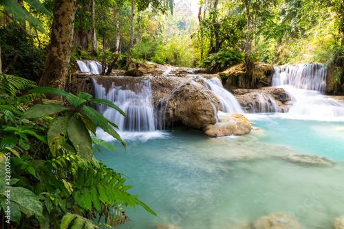 Fotomural cascade et chute d'eau en asie paysage relaxant pour vacances dépaysantes